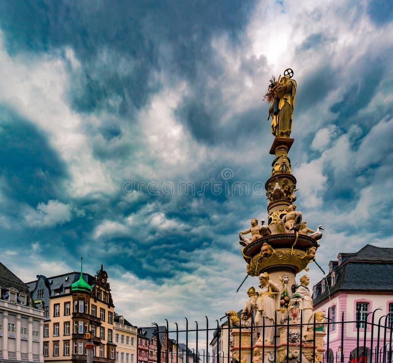 Vista del cuadrado de Hauptmarkt en Trier, con la fuente histórica foto de archivo libre de regalías
