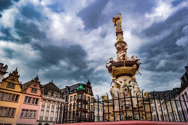 Vista del cuadrado de Hauptmarkt en Trier, con la fuente histórica foto de archivo