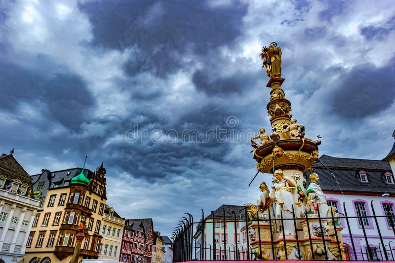 Vista del cuadrado de Hauptmarkt en Trier, con la fuente histórica fotografía de archivo libre de regalías