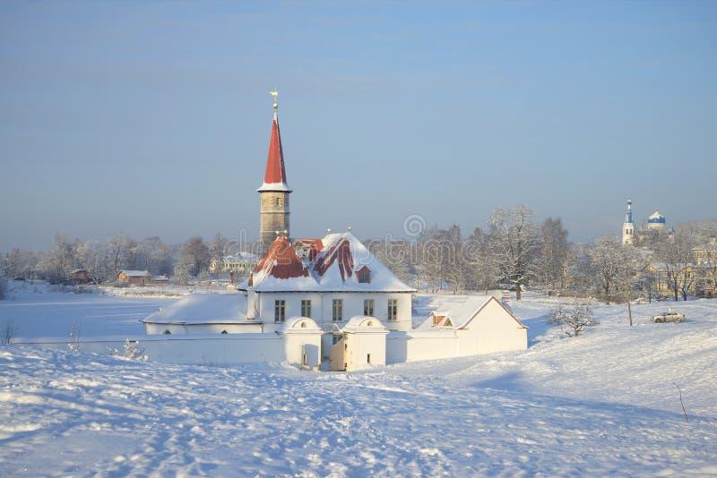 Vista del día escarchado de enero del palacio del priorato Gatchina, región de Leningrad fotografía de archivo