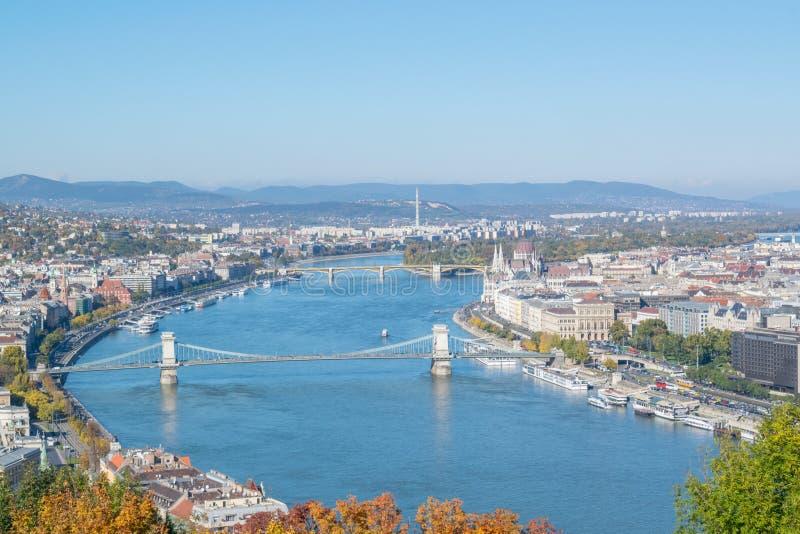 Vista del Danubio con il bastione ed il ponte a Budapest immagini stock libere da diritti