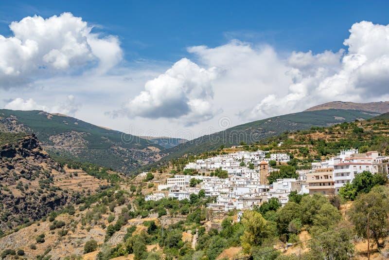 Vista del ¡de Bayà rcal, la ciudad localizada más alta de Sierra Nevada imágenes de archivo libres de regalías