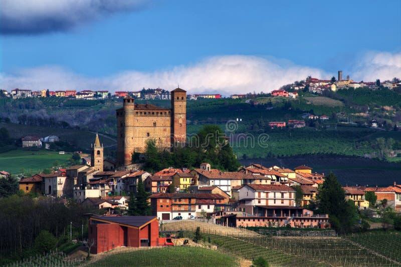 Vista del ` de Serralunga d Alba con su castillo Sitio del patrimonio mundial de la UNESCO Fontanile, un pequeño pueblo del mount foto de archivo libre de regalías