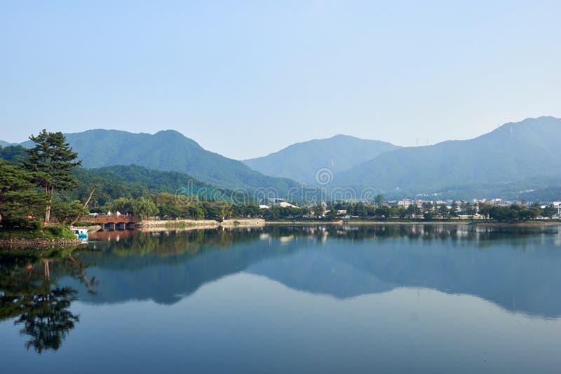 Vista del depósito de Uirimji y la reflexión de sus alrededores en Jechun, Corea del Sur fotografía de archivo libre de regalías