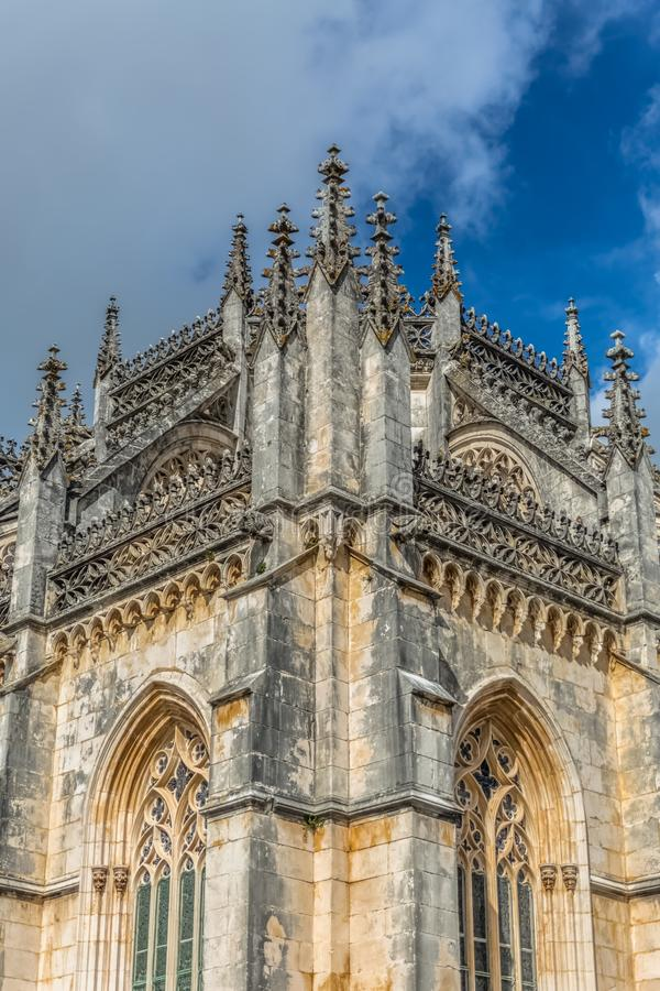 Vista del dettaglio della facciata esteriore gotica decorata del monastero di Batalha, Mosteiro da Batalha, letteralmente il mona fotografia stock libera da diritti