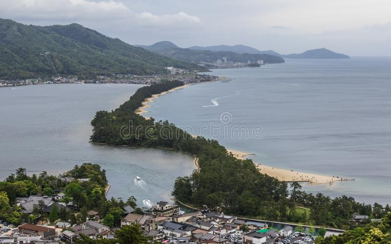 "Vista del dettaglio su Amanohashidate ""cielo Brigde ""con la baia di Miyazu in un paesaggio verde Miyazu, Giappone, Asia fotografia stock"