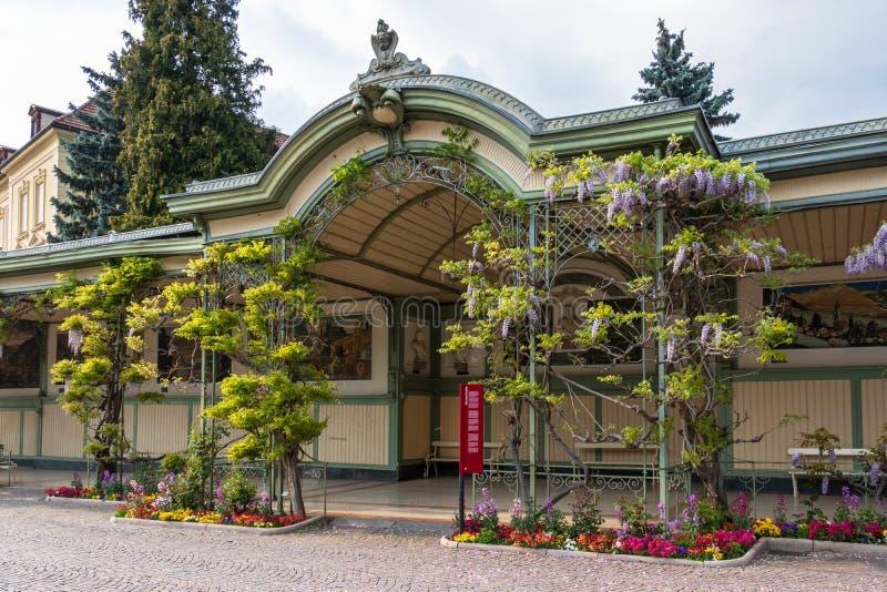 Vista del dettaglio su costruzione storica Wandelhalle nella città Meran Provincia Bolzano, Tirolo del sud, Italia europa fotografia stock libera da diritti