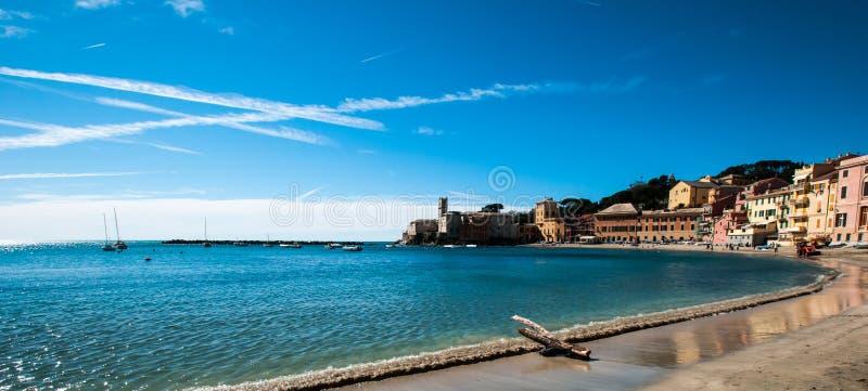 Vista del ` di ` baia del silenzio nel levante Genova di sestri su un fondo del cielo blu immagine stock libera da diritti