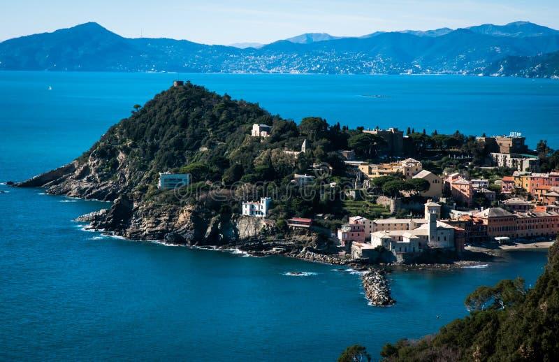 Vista del ` di ` baia del silenzio nel levante Genova di sestri su un fondo del cielo blu fotografia stock libera da diritti
