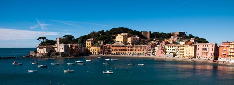 Vista del ` di ` baia del silenzio nel levante Genova di sestri su un fondo del cielo blu fotografia stock