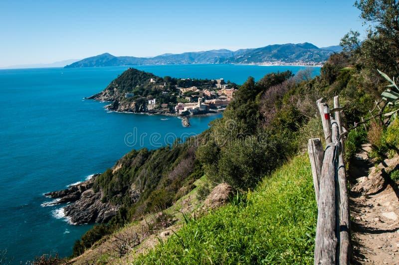Vista del ` di ` baia del silenzio nel levante Genova di sestri su un fondo del cielo blu immagini stock