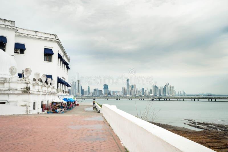 Vista del distretto di Casco Viejo con l'orizzonte di Panama City sopra immagini stock libere da diritti