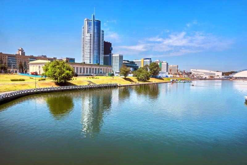 Vista del distrito moderno Nyamiha Nemiga en el centro de Minsk. Bielorrusia fotos de archivo