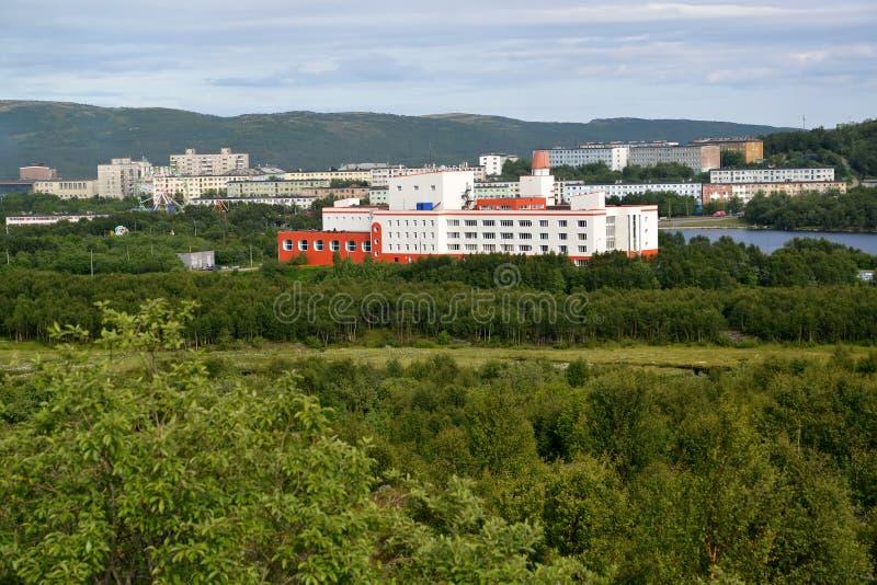 Vista del distrito residencial habitado de la ciudad de Murmansk foto de archivo