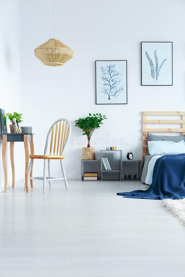 Vista del dormitorio en plano fotografía de archivo libre de regalías