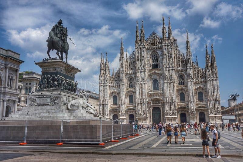 Vista del duomo e della statua di Victor Emmanuel in Piazza Duomo a Milano fotografie stock libere da diritti