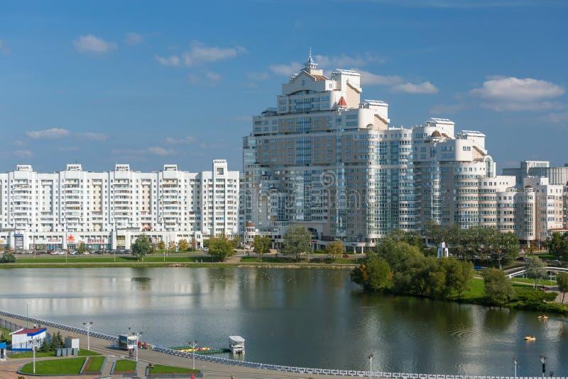 Vista del edificio blanco en Minsk céntrico, opinión del distrito de Nemiga con el río de Svisloch, Bielorrusia fotos de archivo
