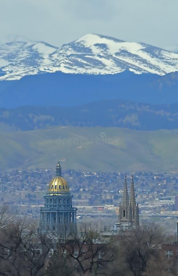 Vista del edificio del capitolio del estado de Colorado y de la basílica de la catedral de la Inmaculada Concepción fotos de archivo libres de regalías
