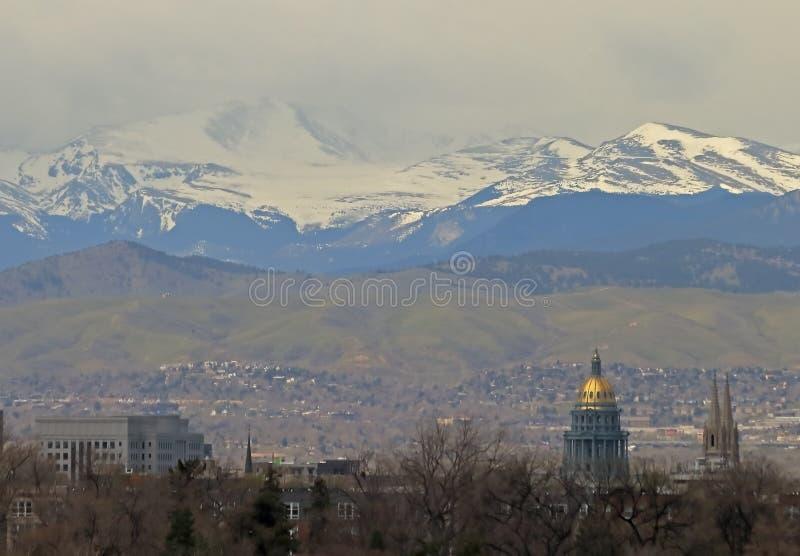 Vista del edificio del capitolio del estado de Colorado y de la bas?lica de la catedral de la Inmaculada Concepci?n foto de archivo libre de regalías
