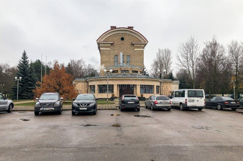 Vista del edificio del crematorio de Riga situado en la calle de Varonu en Riga, Letonia fotos de archivo libres de regalías