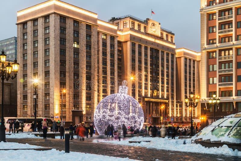Vista del edificio de la Duma de estado en Moscú durante el Chri fotos de archivo