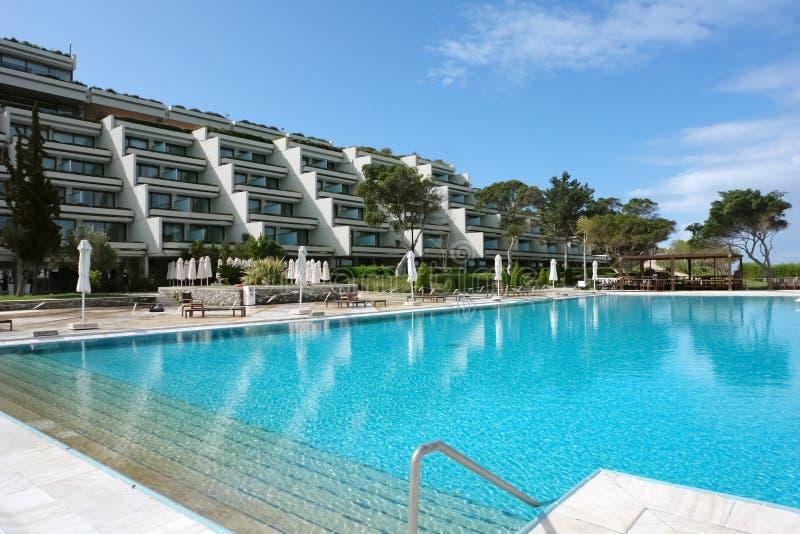 Vista del edificio de un hotel de lujo moderno y de una piscina grande i fotografía de archivo libre de regalías