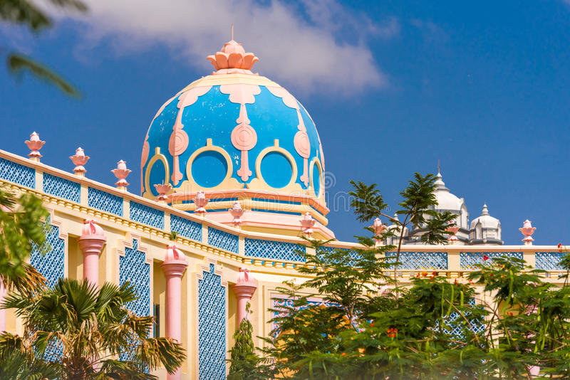 Vista del edificio indio hermoso, Puttaparthi, Andhra Pradesh, la India Copie el espacio para el texto imagen de archivo