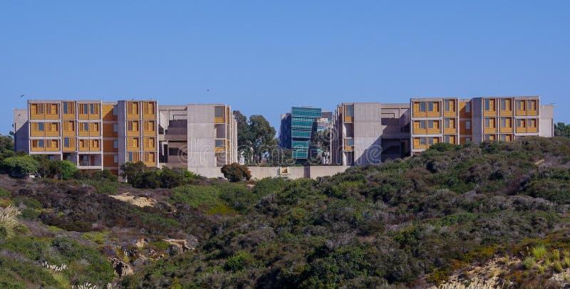 Vista del edificio del instituto de Salk y de la escuela de negocios del UCSD Rady, La Jolla California fotos de archivo