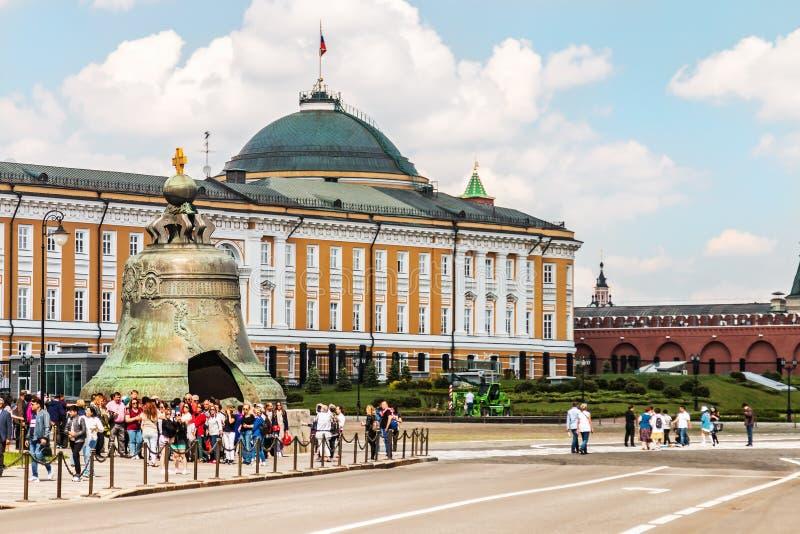 vista del edificio del senado y de la campana del zar en la Moscú el Kremlin fotos de archivo libres de regalías
