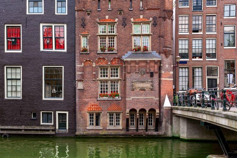 Vista del edificio típico de Amsterdam fotografía de archivo libre de regalías
