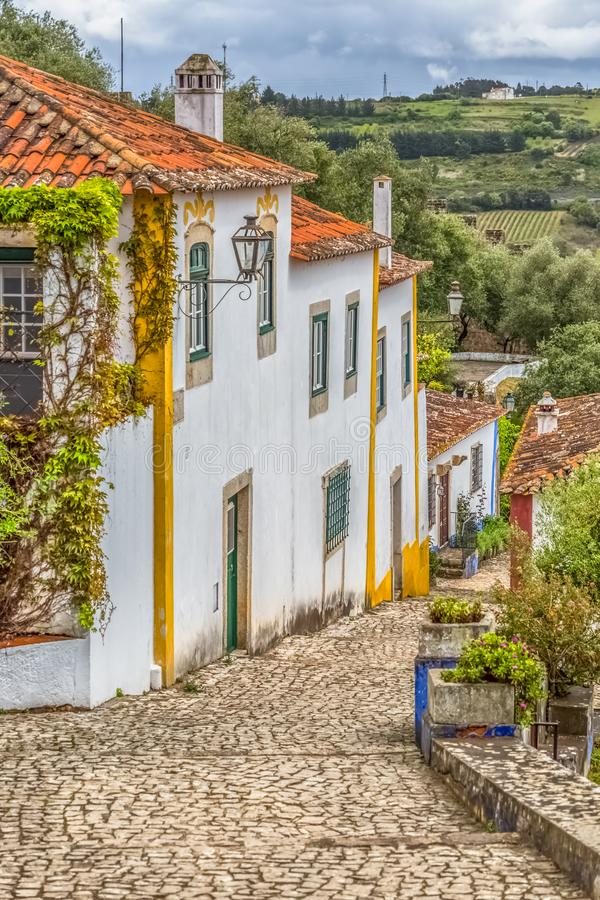 """Vista del edificios vernáculos portugueses en pueblo medieval dentro de la fortaleza y del castillo romano de Luso bidos de à """" fotos de archivo libres de regalías"""