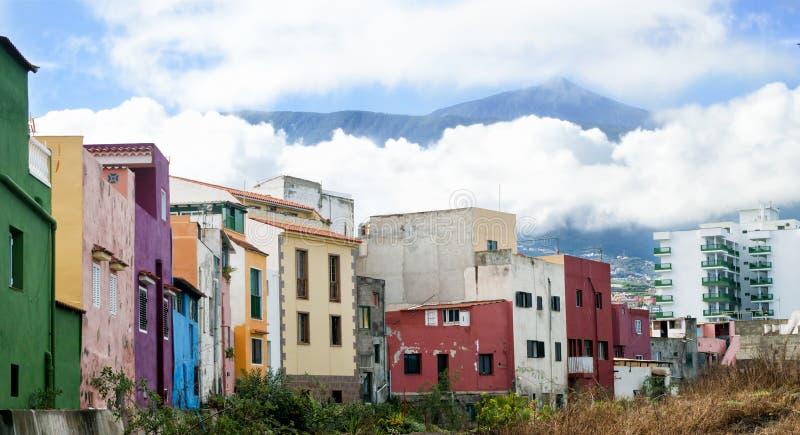 Vista del EL Teide y casas coloridas foto de archivo