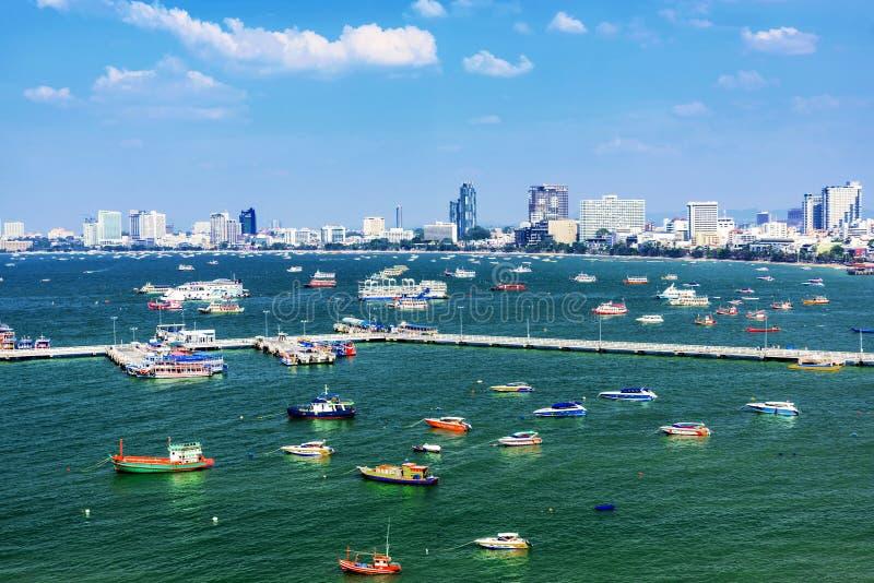 Vista del embarcadero y de la ciudad de Pattaya fotos de archivo