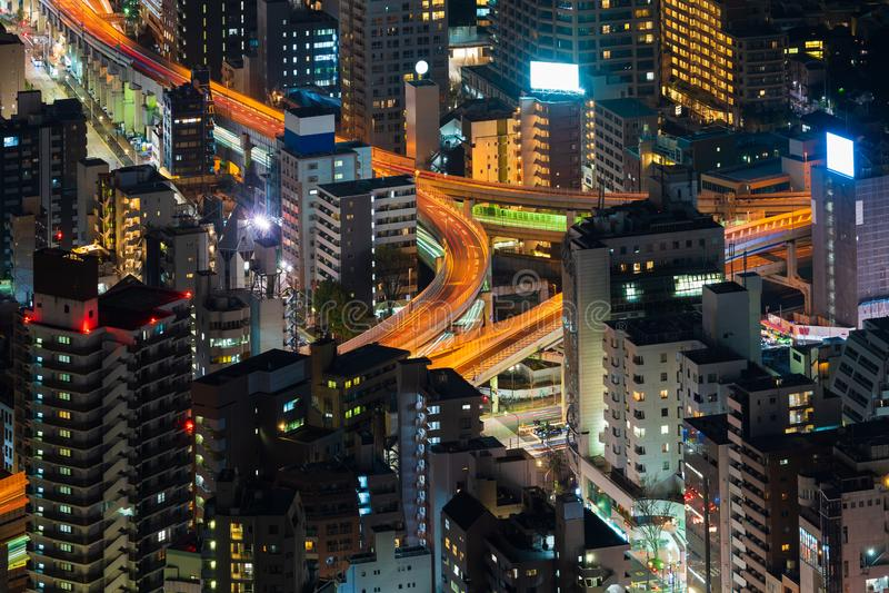 Vista del empalme y de la ciudad metropolitanos en la noche, Tokio, Jap?n de la autopista imagenes de archivo
