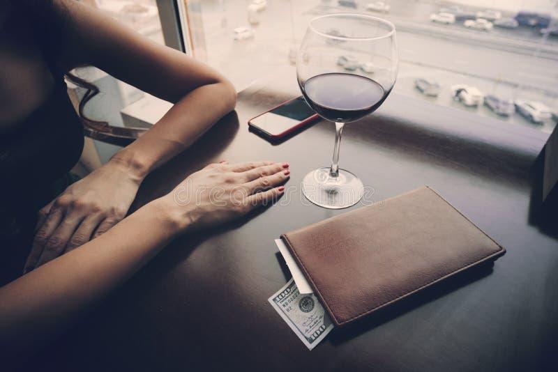 Vista del escritorio de Bill And Banknote On Wooden Pagar la cuenta el vino costoso La muchacha está esperando al camarero a fotos de archivo