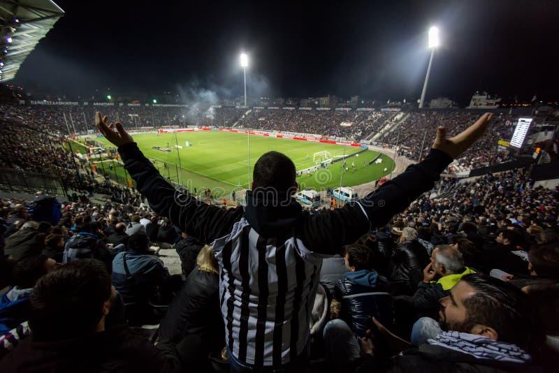 Vista del estadio de Toumba por completo de fans del PAOK foto de archivo
