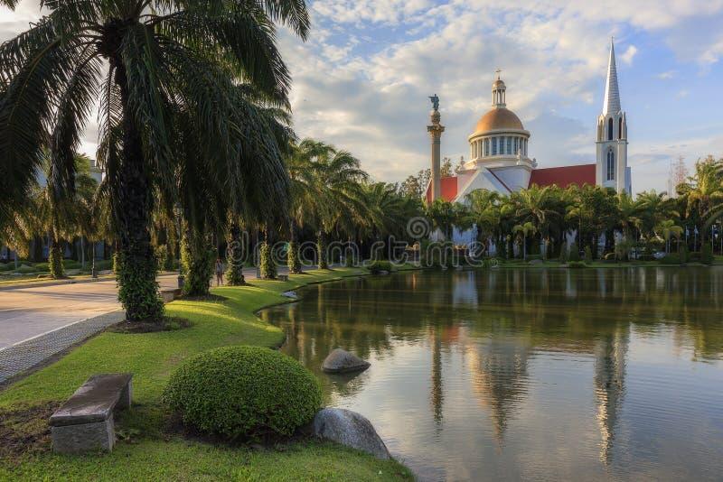 Vista del exterior la iglesia católica en un jardín fotografía de archivo libre de regalías