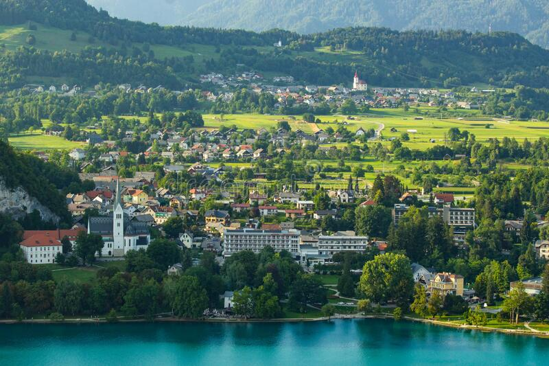 vista del famoso lago Bled en Eslovenia imagenes de archivo