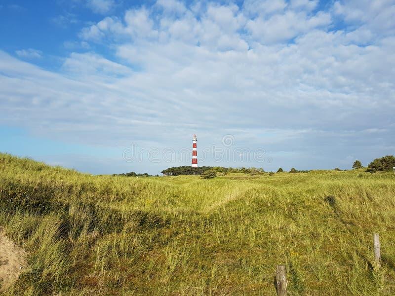 Vista del faro attraverso le dune fotografie stock libere da diritti