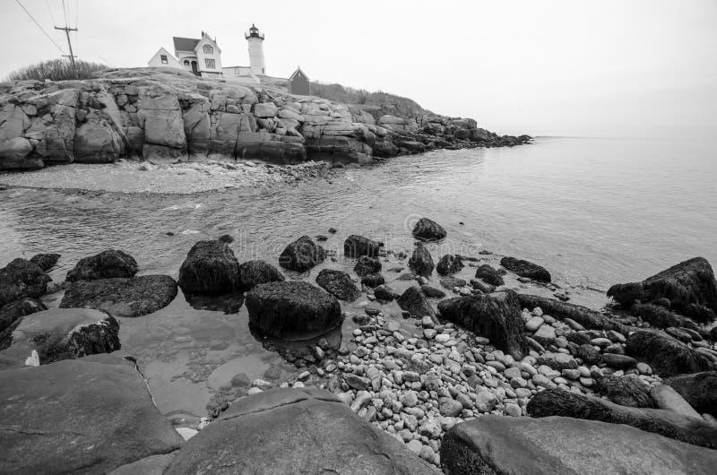 Vista del faro de la protuberancia pequeña en el cabo Neddick en York Maine fotos de archivo libres de regalías