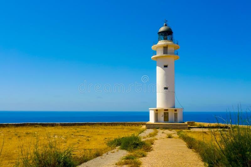 Vista del faro di de Barbaria del cappuccio a Formentera fotografie stock