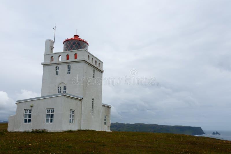Vista del faro di Dyrholaey Punto di riferimento del sud dell'Islanda fotografia stock libera da diritti