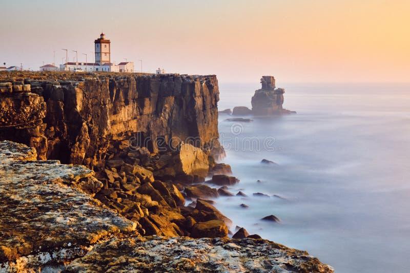 Vista Del Faro Y Del Mar En Peniche Portugal Al Atardecer fotografía de archivo