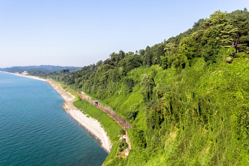 Vista del ferrocarril a lo largo de la costa foto de archivo libre de regalías