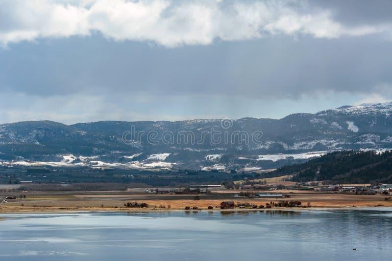 Vista del fiordo di Trondeim e della spiaggia Øysanden fotografie stock