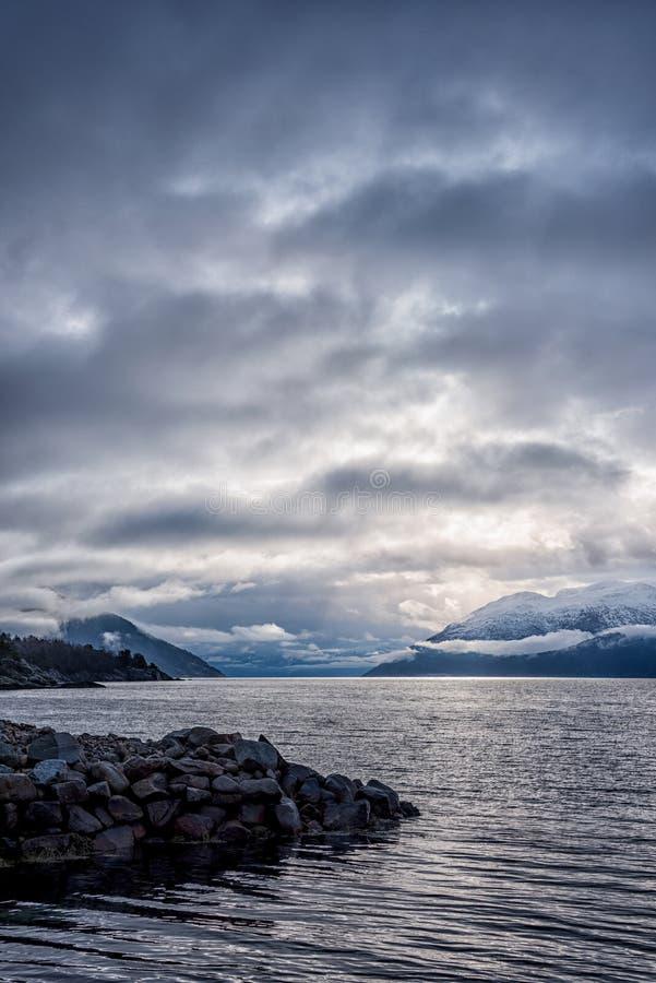 Vista del fiordo norvegese immagini stock