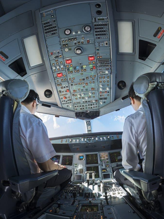 Vista del fisheye della cabina di pilotaggio dell'aeroplano durante il tempo di giorno fotografie stock libere da diritti