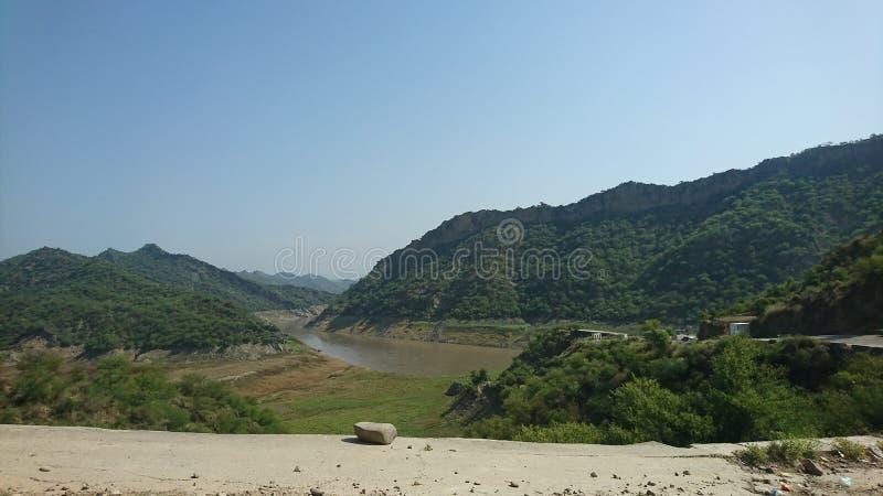 Vista del fiume attraverso le montagne immagine stock libera da diritti