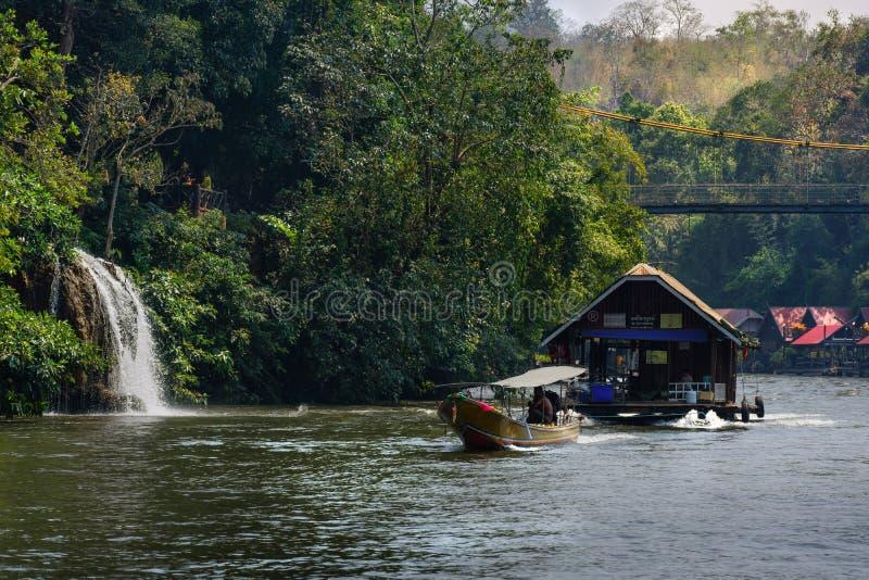 Vista del fiume con la casa della zattera sul fiume Kwai in Kanchanaburi fotografia stock