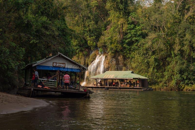 Vista del fiume con la casa della zattera sul fiume Kwai in Kanchanaburi fotografie stock libere da diritti